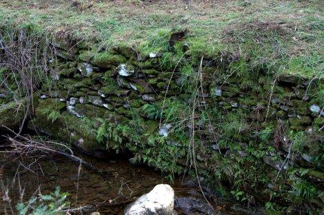 Detalhe do muro de suporte de terras, laboriosamente construído ao longo de gerações